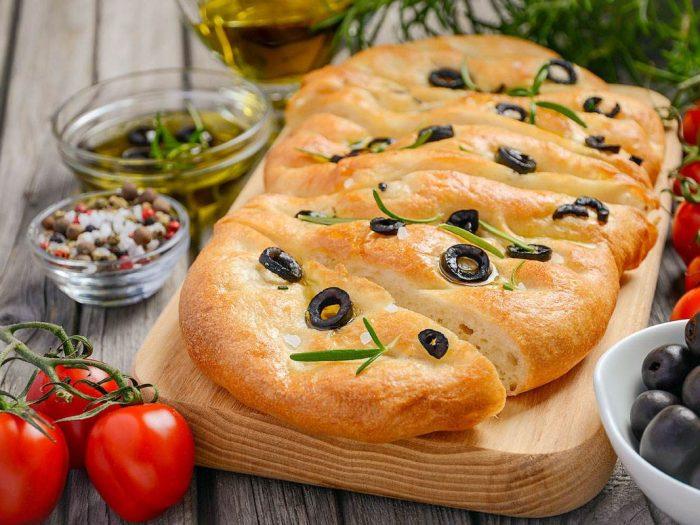 Recette de Focaccia de semoule fine Le Renard au romarin et aux olives noires